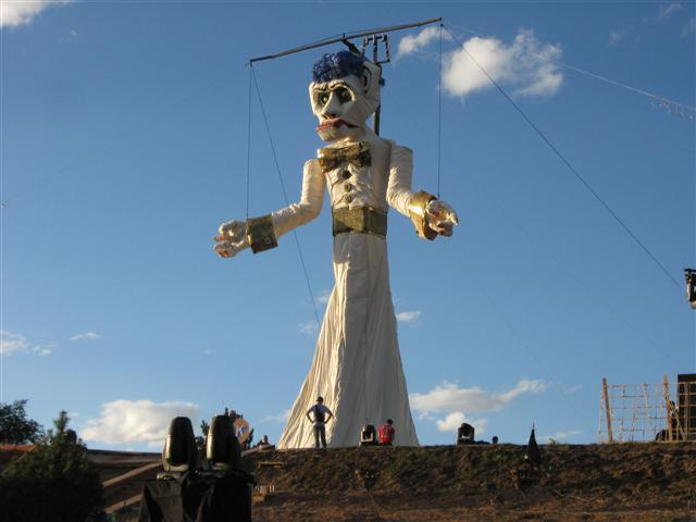 Zozobra being built during day time